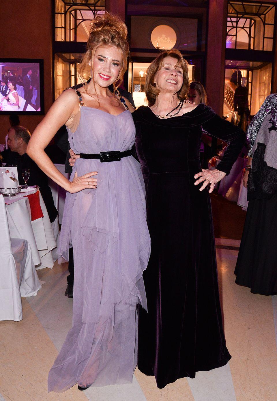 Zwei Hingucker: Palina Rojinski feiert in fliederfarbenem Tüll und an ihrer Seite Senta Berger in dunkelviolettem Samt.