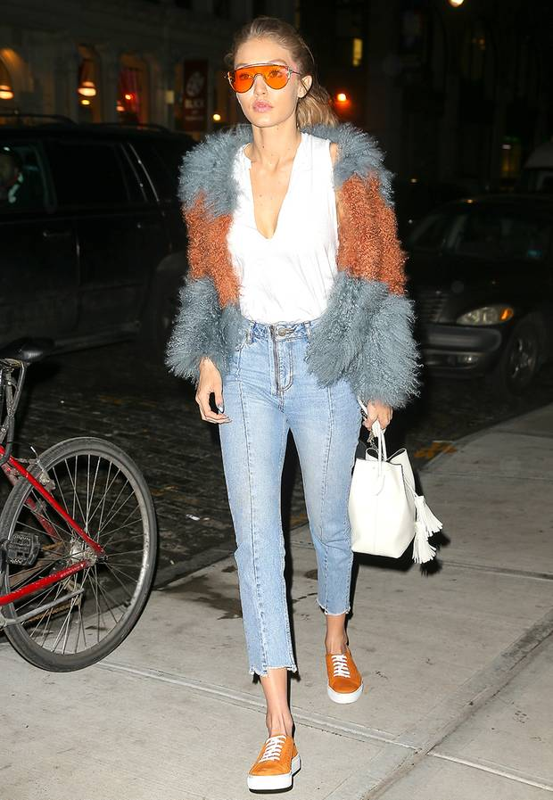 Mit der Sonnebrille, Kuscheljacke und farblich abgestimmten Sneakern setzt Model Gigi Hadid knallige Akzente.