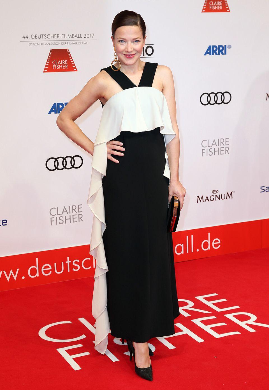 Hannah Herzsprung zeigt sich ganz bezaubernd in Schwarz-Weiß.