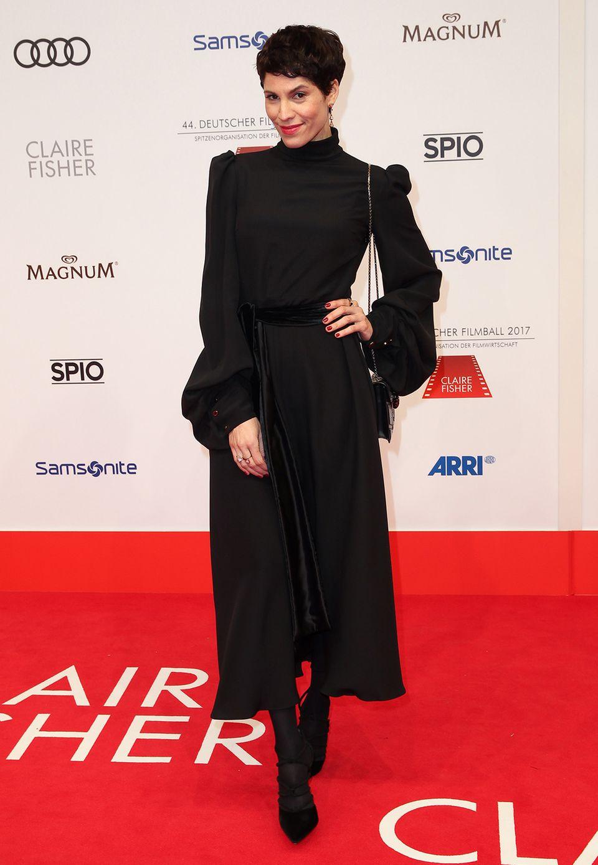 Auch Jasmin Gerat setzt auf die elegante Wirkung von Schwarz.