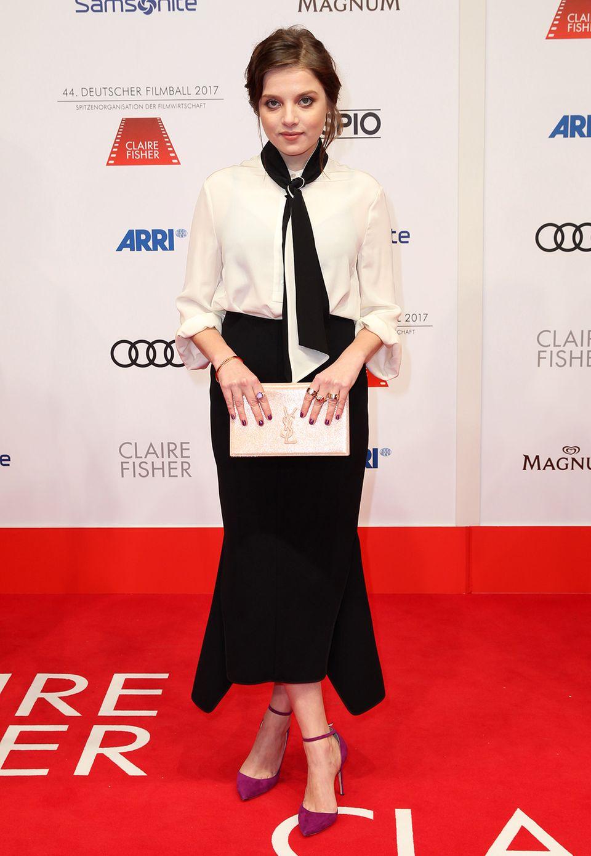 Einen Hauch französischen Flair bringt Jella Haase auf den roten Teppich des Deutschen Filmballs.