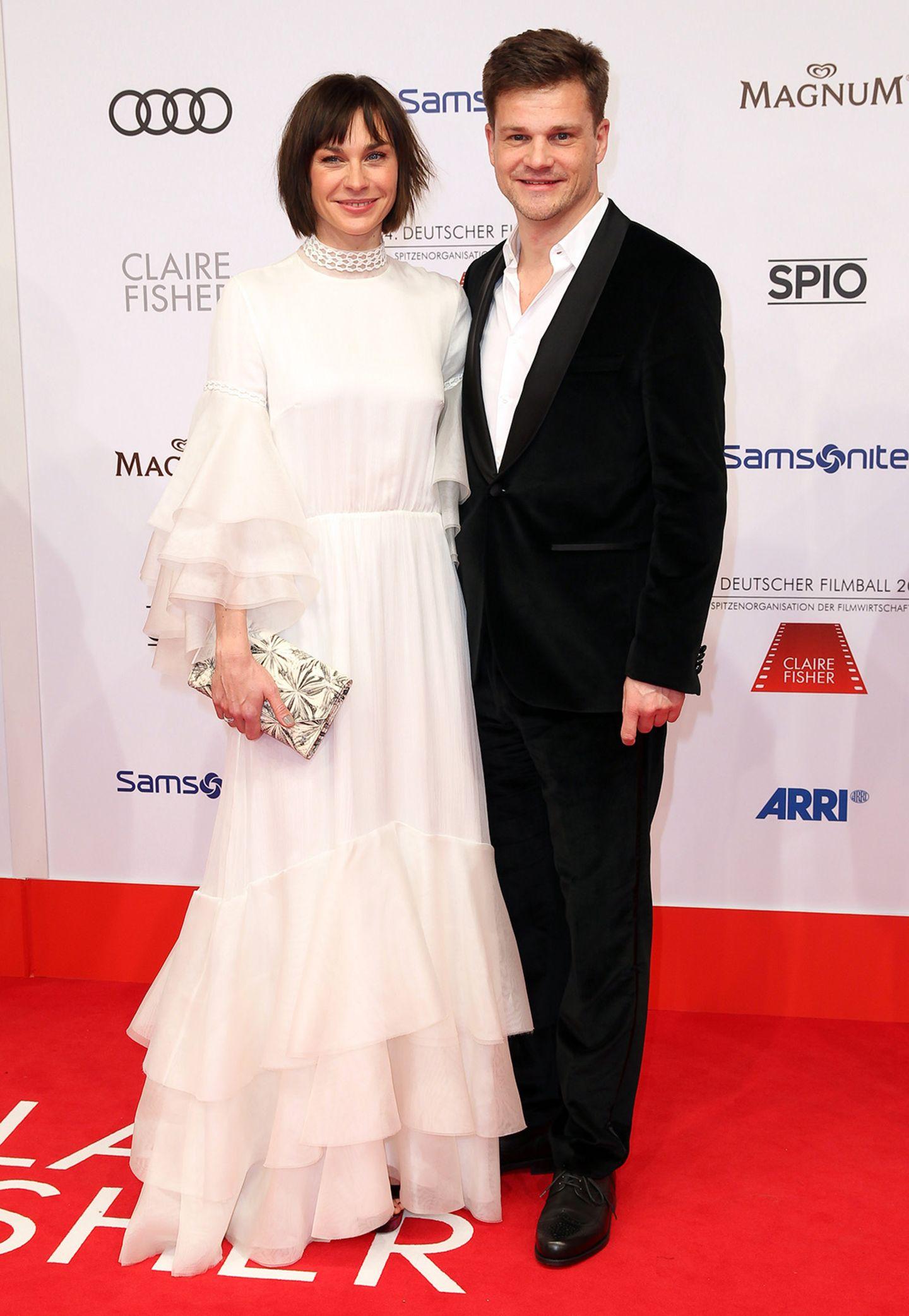 Christiane Paul, hier mit ihrem Mann Benjamin Hermann, bezaubert in romantischem Weiß.
