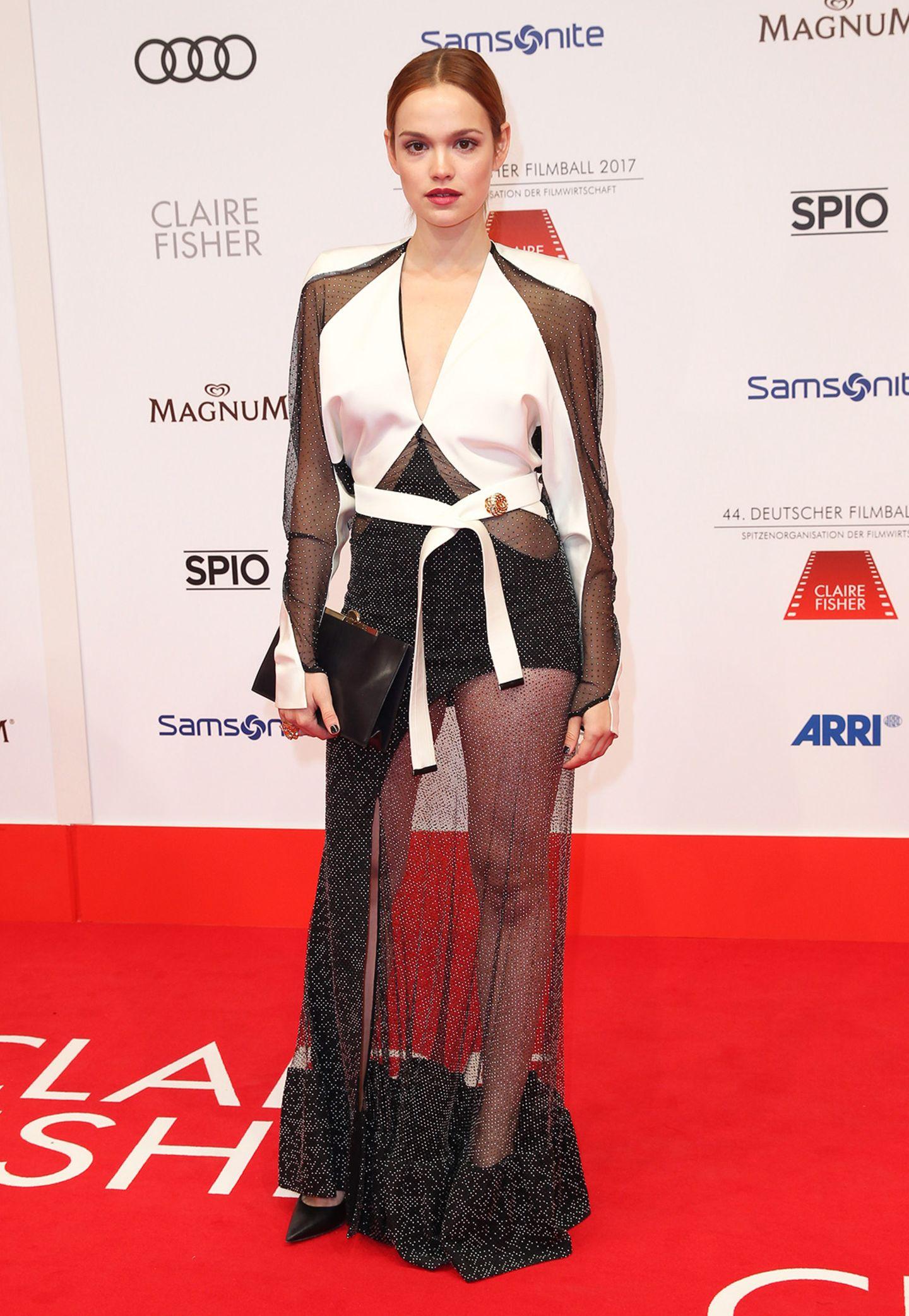 Gewagt, aber nicht unbedingt gewonnen: Emilia Schüles sexy Styling verfehlt die Wirkung etwas.