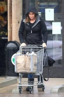 Den Einkaufswagen über den verregneten Parkplatz schieben: Caitlyn Jenner kann sich bestimmt einen schöneren Zeitvertreib vorstellen.