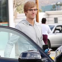Mit Brille sieht Justin Bieber um einige Jahre älter aus.