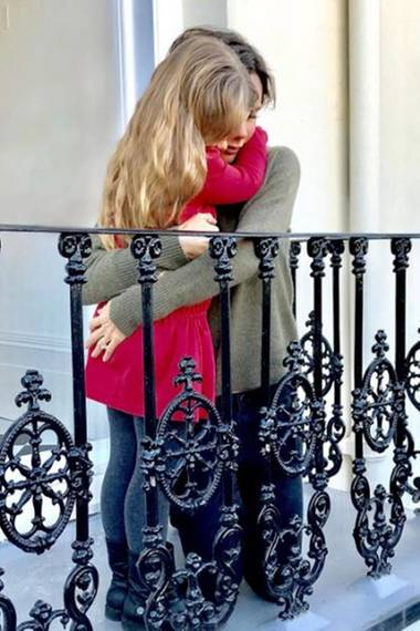 """21. Januar 2017   Zum """"Women's March"""", ein US-amerikanischer Protestmarsch für Frauen- und Menschrechte, veröffentlicht Victoria Beckham ein privates Foto. Sie kniet sich runter zur ihrer Tochter Harper und gibt ihr eine dicke Umarmung."""