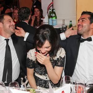 Ganz schön kuschelig! Moritz Bleibtreu und Elyas M'Barek tätscheln sich beim Deutschen Filmball gegenseitig die Wangen, und Sibel Kekilli amüsiert sich prächtig.