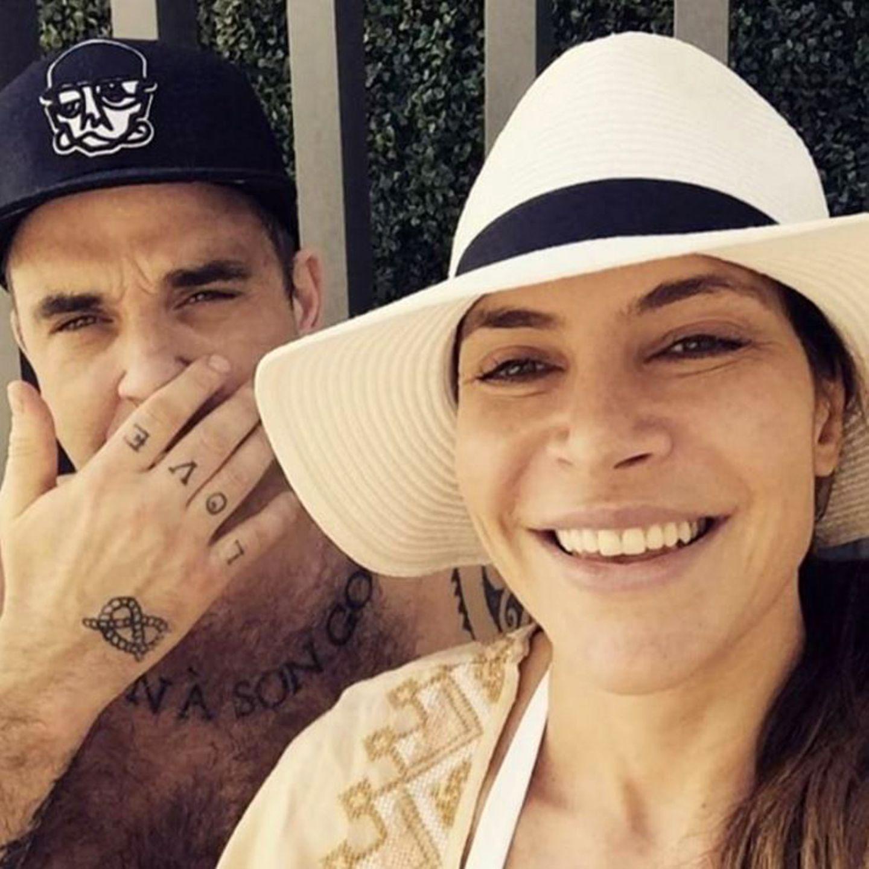 """Januar 2017  Ayda Field und Robbie Williams sind ein eingespieltes Team und unterstützen sich bei ihren Projekten. Hier möchte Ayda ihre Fans zum Voting von """"National TV Award"""" animieren und nutzt die Popularität ihres Mannes."""