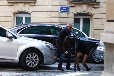 Paris, die Stadt der Liebe - und die Stadt der fiesen Bordsteine: Supermodel Bella Hadid ist das neueste Stolperopfer.