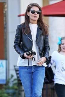 Eine ziemliche coole Mama ist Schauspielerin Katie Holmes. Die hübsche Brünette zeigt sich in Blue Jeans, weißer, moderner Bluse und rockiger Lederjacke.