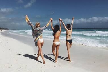 """""""Victoria's Secret"""" Engel Elsa Hosk sendet sonnige Grüße vom Strand im mexikanischen Tulum. Zusammen mit zwei Freundinnen zeigt sie ihre knackige Kehrseite in einem Instagram-Schnappschuss, den sie mit ihren 3,2 Millionen Abonnenten teilt."""