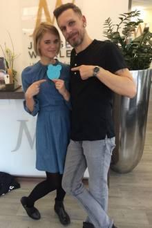 """Sarah Elena Koch präsentiert ihre neue Frisur, einen noch kürzeren Bob, und ihren Friseur Jürgen Winkler. Die Fans sind begeistert: """"Das steht dir unglaublich gut"""", kommentiert ein User das Bild der hübschen Blondine."""