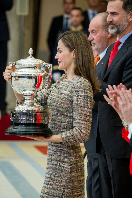 23. Januar 2017  Königin Letizia trägt einen übergroßen Pokal bei der Verleihung der Nationalen Sportpreise im Pardopalast Madrid. Neben ihr sindKönig Filipe und König Juan Carlos.