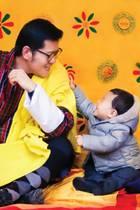 31. Dezember 2016  Mit einem persönlichen Facebookposting und einem neuen Kalenderbild, das Jigme Namgyel zeigt, wie er offenbar nach Papas Brille langt, dankt Bhutans Königs für die überwältigenden Reaktionen auf die vorherigen Kalenderblätter.