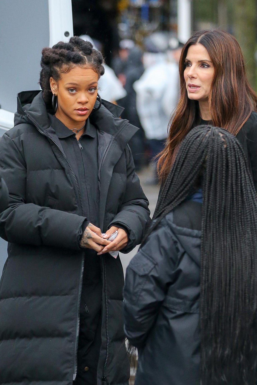 """Kleiner Plausch zur Pause: Rihanna und Sandra Bullock während der Dreharbeiten zum Film """"Ocean`s 8"""" in New York."""