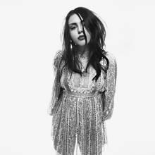 Im Interview mit der amerikanischen Vogue sagte sie, dass Modeln außerhalb ihrer Komfortzone liege. Das sieht man Frances Bean Cobain auf diesem Bild für die Frühling/Sommer Kampagne von Marc Jacobs gar nicht an. Sie tritt damit in die Fußstapfen ihrer Mutter Courtney Love, die erst letztes Jahr für den amerikanischen Designer vor der Kamera stand.