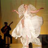 Coco Rocha tanzt ausgelassen über den Laufsteg von Jean Paul Gaultier.