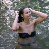 Nicole Mieth badet nach der Dschungelprüfung im Teich.