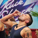 Bevor die Stars einen vorgegebenen Begriff dem jeweils nächsten Camper erklären, müssen sie einen Dschungel-Shot trinken. In der zweiten Runde wird Marc Terenzi und seinen Mitstreitern Bittermelonensaft mit pürierten Schafshoden serviert.