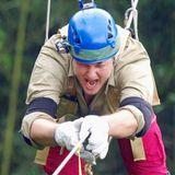 Tag 9     Mit Helm, Handschuhen und Suspensorium ausgestattet muss Jens Büchner sich auf einem Seil liegend über eine sehr tiefe Schlucht ziehen.