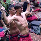 """Trotz angeblicher Bronchitis stählt Alexander """"Honey"""" Keen (r.) nach der abgebrochenen Dschungelprüfung im Camp zusammen mit Marc Terenzi seinen Körper."""
