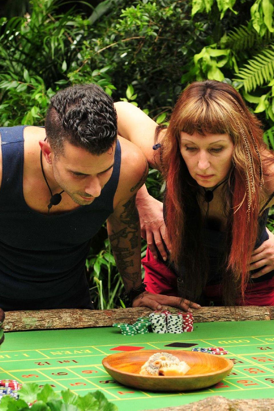 """Tag 12   Dschungel-Casino: Am zwölften Tag müssen Hanka Rackwitz und Marc Terenzi zur Prüfung antreten. Im """"Dschungel-Casino"""" gibt es drei Glücksspiel-Stationen inkl. kulinarischer Dschungel-Spezialitäten."""