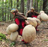 Florian Wess (r.) und Jens Büchner treten zur Schatzsuche an. Die beiden müssen Truthahn-Kostüme anziehen. Zehn große Truthahn Eier liegen verstreut im Dschungel rum. Die Zwei müssen nun die großen Eier in das Nest packen und sie dort alle gemeinsam 60 Sekunden festhalten. Aber so einfach wird das nicht, denn jedes Ei ist an einem flexiblen Bungee-Seil befestigt, das nicht entfernt werden kann. Die Lösung: Ein Schatzsucher muss im Nest bleiben und die gesammelten Eier festhalten während der andere Star die weiteren Eier einsammelt.