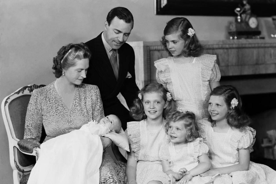 Prinz Gustaf Adolf mit seinen Töchtern und seinem Erben, dem kleinen Prinz Carl Gustaf bei dessen Taufe 1946.
