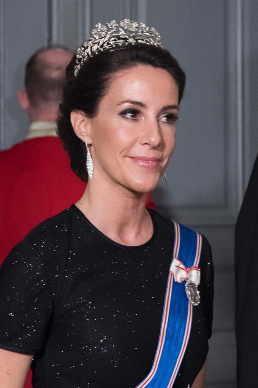 Prinzessin Marie trägt zum Staatsbankett, das in Kopenhagen zu Ehren des isländischen Präsidenten gegeben wird, ein Diadem mit floraler Optik. Es ist das Schmuckstück, das zu zum ersten Mal bei ihrer Hochzeit getragen hat.