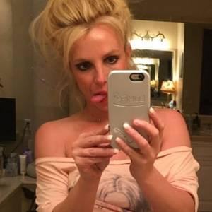 """""""Erstes Selfie seit langem"""", schreibt Pop-Sternchen Britney Spears unter dieses Bild, was sie bei Twitter postet. Herausgestreckte Zunge, Zottelfrisur und ein fehlender Fingernagel sind nur der Anfang. Ihre Jogginghose hat sie so weit heruntergezogen, dass zwei Tattoos in ihrer Leistengegend zum Vorschein kommen - bei Männern kann das ja wirklich sexy aussehen, bei Frauen leider nicht. Das macht selbst der Waschbrettbauch nicht besser...."""