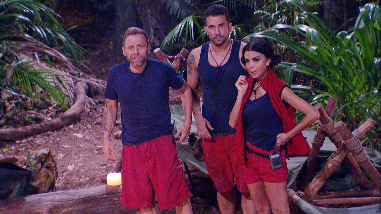 Thomas Häßler (l.), Marc Terenzi und Kader Loth fordern Hanka auf sich doch bitte an die Campregeln zu halten.