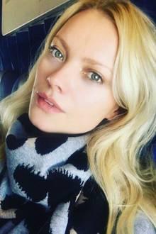 Das ungeschminkte Gesicht der 42-Jährigen kann sich sehen lassen: Im Flugzeug auf dem Weg nach Hause zeigt sich Franziska Knuppe mit strahlendem Teint und verträumten Blick.