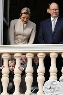 Fürst Albert mit Ehefrau Fürstin Charlene bei den Feierlichkeiten zu Ehren der heiligen Devota in Monaco. Für besondere Aufmerksamkeit sorgten ihre süßen, neugierigen Zwillinge.