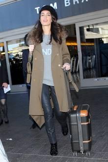 Im lässigen Look ist Amal Clooney am LAX-Flughafen unterwegs. Zur Lederleggings trägt die Style-Queen einen weiten Sweater mit Aufdruck und heizte damit die Gerüchte um eine mögliche Schwangerschaft weiter an. Auch die Boots mit dem floralen Muster und der mit Fellkragen besetzte Trenchcoat sind bei diesem Outfit ein echter Hingucker.