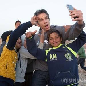 Ein Selfie für den guten Zweck: Schauspieler Ben Stiller besucht mit der UNHCR-Organisation ein Flüchtlingscamp in Jordanien und nimmt sich viel Zeit, besonders für die Kinder.