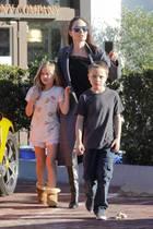 """28. Januar 2017  Ihre Kinder geben ihr Halt: Angelina Jolie ist mit den Zwillingen Vivienne und Knox in Malibu unterwegs. Gemeinsam besuchen das """"SunLife Organics""""-Restaurant und machen sich einen schönen Nachmittag."""