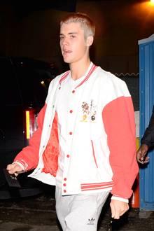 Nachdem Justin Bieber seine Haare in letzter Zeit wieder länger getragen hat, wurde jetzt kurzer Prozess gemacht. So braucht der Musiker vielleicht nicht mehr so lange im Bad.