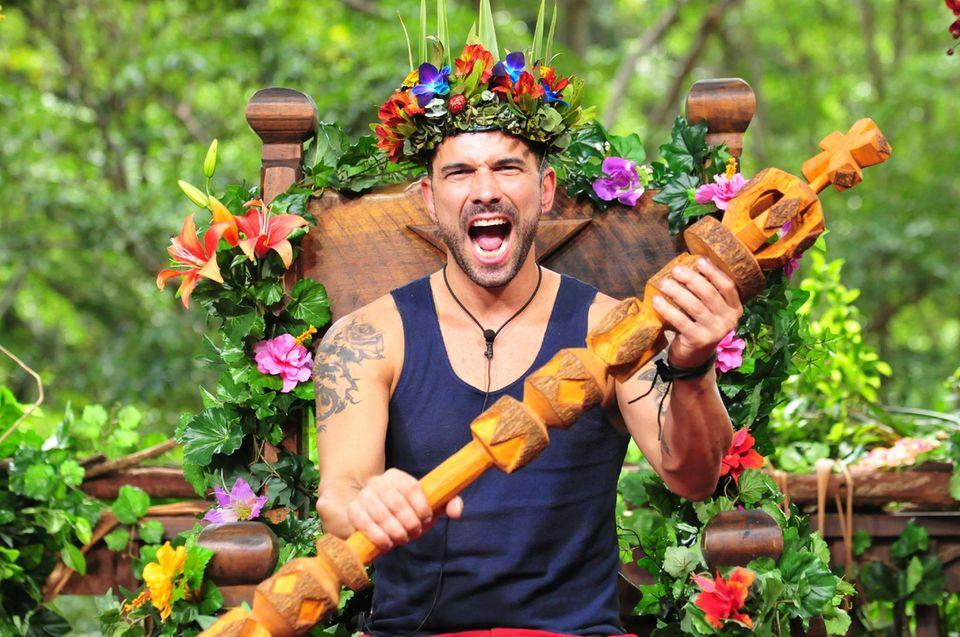 """11. Staffel - 2017 - Marc Terenzi  Marc Terenzi heißt der diesjährige Sieger bei """"Ich bin ein Star, holt mich hier raus"""". Mit seinem amerikanischen Charme und seiner Hilfsbereitschaft hat er die Herzen der Zuschauer erobert und sich die Dschungelkrone erkämpft."""