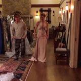 """""""American Crime""""-Darstellerin Felicity Huffman versucht, sich für ein Kleid zu entscheiden."""