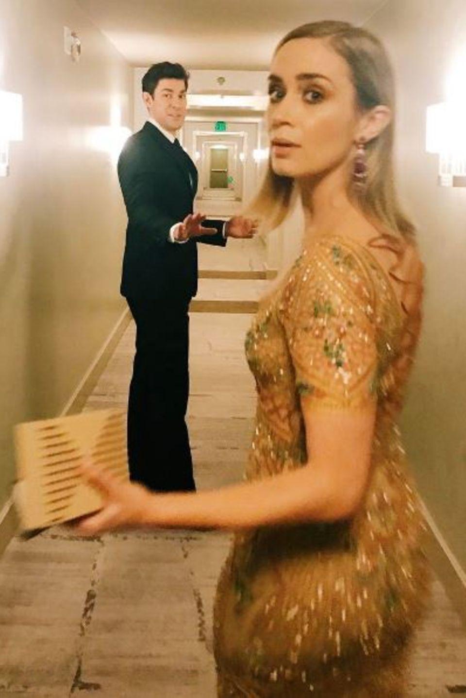 """John Krasinski eilt mit Emily Blunt zu der Preisverleihung. """"So stolz auf diese Nominierte"""", schreibt er dazu. Seine Frau ist für ihre Hauptrolle in dem Thriller """"The Girl on the Train"""" für einen SAG Award nominiert. Die Schauspielerin hat sich an diesem Abend für eine aufwendig verzierte, zarte Nude-Robe von Roberto Cavalli entschieden."""