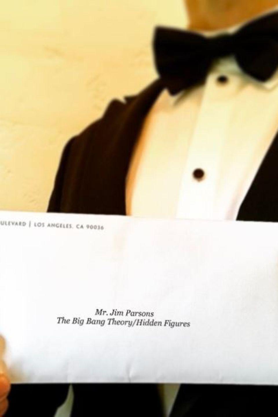 Voller Vorfreude hält Jim Parsons seine Einladung in die Kamera.