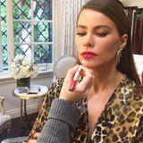 Der letzte Schliff: Stylistin Kayleen McAdams zieht Sofía Vergaras Lippen vorsichtig mit einem pinkroten Gloss nach.