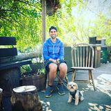 """Vor der Preisverleihung unternimmt """"Modern Family""""-Star Jesse Tyler Ferguson noch eine kleine Wanderung mit seinem Hund."""