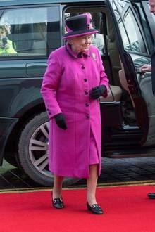 """In einem auffälligen pinken Mantel mit passender Kopfbedeckung besucht Queen Elizabeth die Ausstellung """"Fiji: Art & Life in the Pacific"""" im Sainsbury Centre for Visual Arts."""
