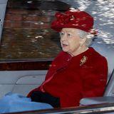 Zum sonntäglichen Gottesdienst erscheint die Queen in einem kräftigen Rotton und bringt etwas Farbe in den grauen Januar.