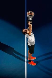 29. Januar 2017  Roger Federer gewinnt die Australian-Open gegen Rafael Nadal: Im Duell der Tennisgiganten konnte sich der Schweizer nach sagenhaften fünf Sätzen im Endspielkrimi durchsetzen. Beim Gewinn seines mittlerweile 18. Grand-Slam-Titels wurde Federer sehr emotional, umarmte seine Frau minutenlang und weinte.