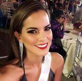 """Mit knallrotem Lippenstift, dunklem Lidschatten und unechten Wimpern verwandelt sich Valeria Piazza zu """"Miss Peru""""."""