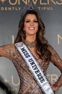 """Aus """"Miss France"""" wird """"Miss Universe"""": Iris Mittenaere wird zur schönsten Frau der Welt gekürt. Ein Krönchen hätte aber auch ihr Stylisten-Team verdient, das ihr einen strahlenden Teint sowie Smokey Eyes gezaubert hat."""