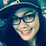 Ohne Make-up, dafür aber mit Brille und Cap - so ist Kezia Warouw kaum wiederzuerkennen.