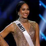"""""""Miss Haiti"""", Raquel Pelissier, darf sich über den zweiten Platz freuen. Kein Wunder also, dass sie so strahlt. Ihr Glow wird besonders durch ihr Rouge und ihren Highlighter unterstrichen."""